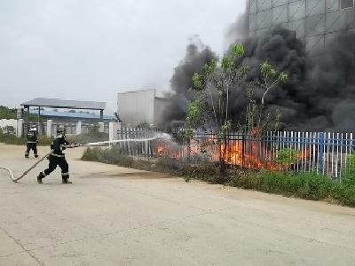 险!报废车辆被引燃,黄石消防紧急处置