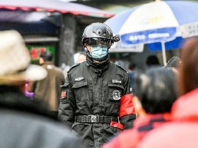 """智能测温头盔亮相社区 5米外""""看""""一眼就知道你的体温"""