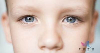 贾静雯女儿被查出眼疾,两眼相差600度!孩子出现这种情况一定要重视…