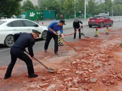 路面污染,城管交警紧急处置