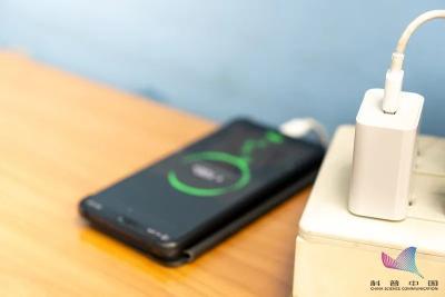 手机充电时,先插手机还是先插电源?很多人都做错了
