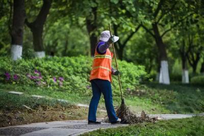 节日中的环卫工人 :只要城市更干净   我愿意更努力