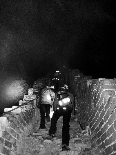 两大学生爬箭扣长城被困 一夜搜寻今晨获救