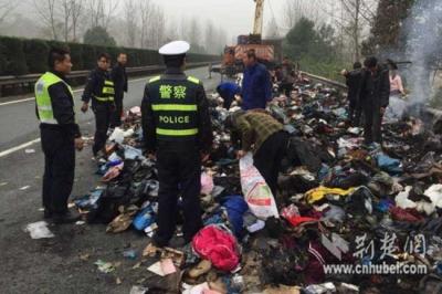 货车高速自燃 深圳发往武汉的千余件快递被烧毁