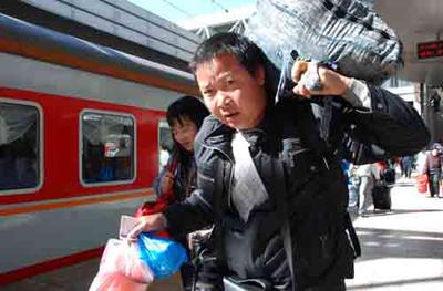 """腊月二十八火车票今日开抢 热门线路或现""""秒光"""""""