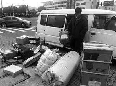 送货面包车没有免费停车期 快递员直呼吃不消