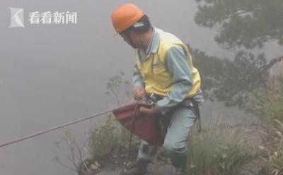 还忍心扔吗?黄山放绳工在悬崖上日捡垃圾上千斤