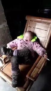 4岁留守男孩跷二郎腿,还边抽烟边嚼槟榔!网友都炸了