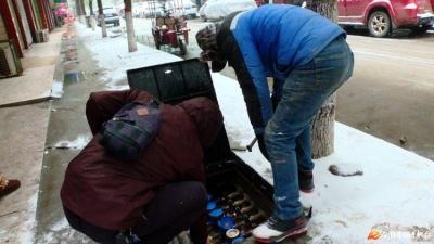 红安:低温冰冻天气自来水公司全力抢修保供水