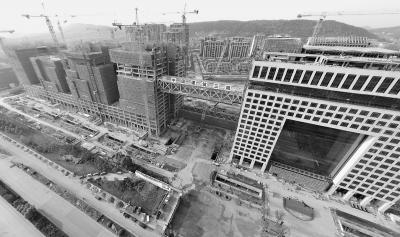 """全国最大跨度钢连廊在汉""""升空""""至73.6米"""