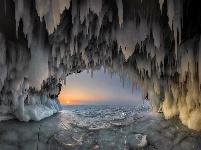 贝加尔湖洞窟结满蓝白冰柱 壮美如异界