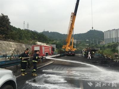 高速上油罐车自燃30多吨油被烧完 幸无人员伤亡