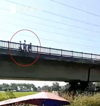"""太危险!三个""""熊孩子""""逼停铁路动车"""