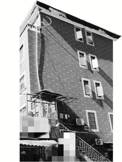 """记者探访""""乞讨奶奶""""家:有五层楼,还有存款超十万"""