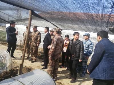 省委常委、省军区司令员马涛到麻城市乘马岗镇小寨社区走访慰问贫困户