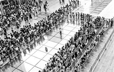 网红店排队是有托还是真火?近3成人愿排队2小时