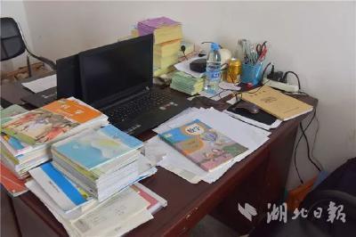 """痛惜!湖北44岁小学校长加班时倒在办公室,他总说""""喜欢教书"""""""