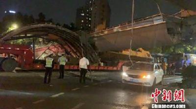 杭州一人行天桥垮塌:大型货车碰撞所致 暂无伤亡