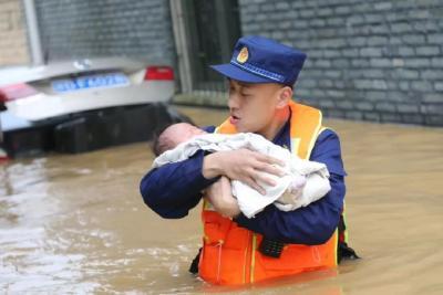 洪水中,他生怕惊醒未满月的婴儿