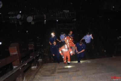 男子深夜跳河顺水下游 消防员救起脱下衣服为其保暖