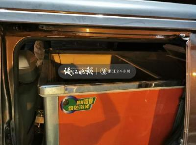 惊了!凌晨行驶的货车上,冰柜里面有两个孩子……