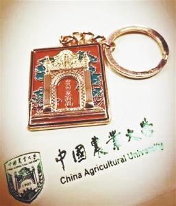 毕业礼物藏深意:带有校训的筷子 刻有学号的戒指