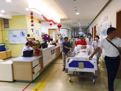 """耄耋老人ICU病房牵手照刷屏,网友:这就是""""执子之手与子偕老""""吧"""