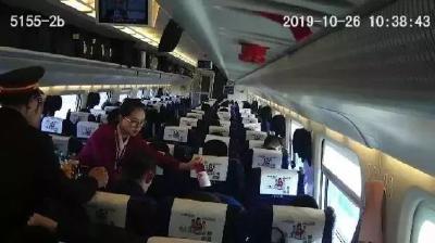 他请列车上78人喝饮料,原因让网友直呼:太暖了