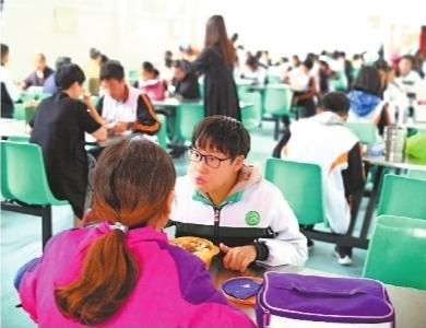 武汉这所高中开了父母陪餐厅 家长给孩子送饭有了温暖去处