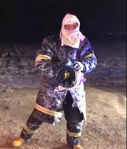 消防员竟拿不起头盔?这条热搜会把眼泪冻住