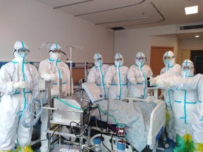 """与""""死神""""赛跑,湖南医疗队在黄冈启用ECMO救治患者"""