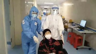 山东医疗队送黄冈90岁患者出院