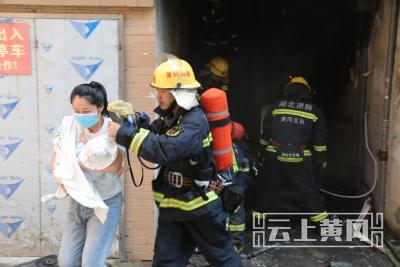 湖北武穴:小区楼梯间起火,消防紧急疏散10余名居民