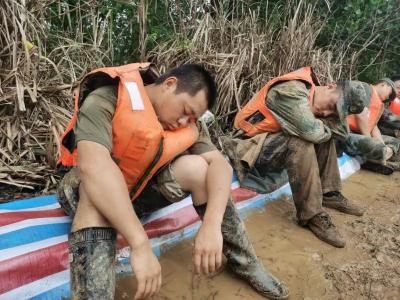 致敬,心疼!—— 长江边民堤上的别样睡姿