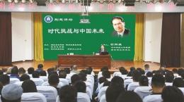 在这个理论与实践的互动中打造马克思主义中国话语体系,当然也就不是仅仅用中文来更好地表述马克思主义的问题,而是要让马克思主义更好地获得中国内涵,融入中国精神,指导中国道路,汇聚中国力量,展示中国故事,讲出中国风格,创造中国形态,等等。