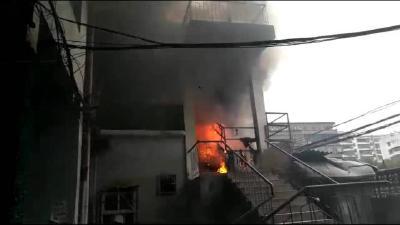 小区里起火,60多位居民紧急撤离,监控锁定起火原因是一根烟头