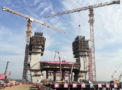 洪湖赤壁长江大桥4号主塔下横梁第一层顺利浇筑完成