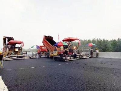 又有新进展!洪湖至嘉鱼长江公路大桥铺装沥青