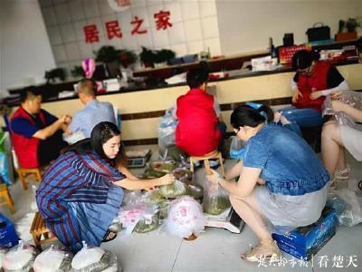 志愿者分装1000多斤绿豆白糖 挨家挨户送到困难居民手中