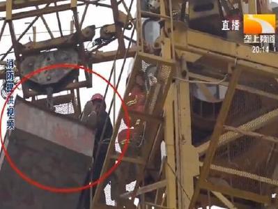工人高空昏倒 消防徒手攀塔救援