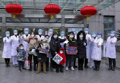 湖北省首批感染新冠肺炎患儿出院 最小仅2岁