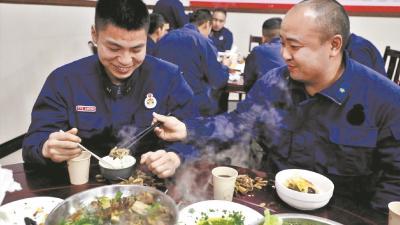17名外地消防员吃刨汤过土家年