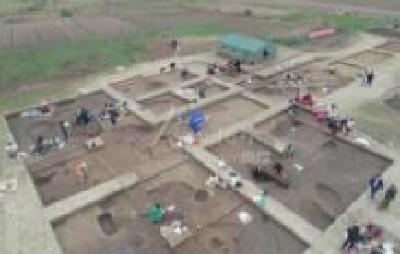 襄阳凤凰咀遗址发掘出一段距今5200年的古城墙和护城河