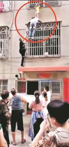 """3岁女童头卡3楼防盗窗 她爬上外墙当了20分钟""""肉垫"""""""