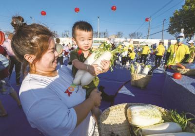 青山举行农民丰收节 农民当主播为自家白菜萝卜代言